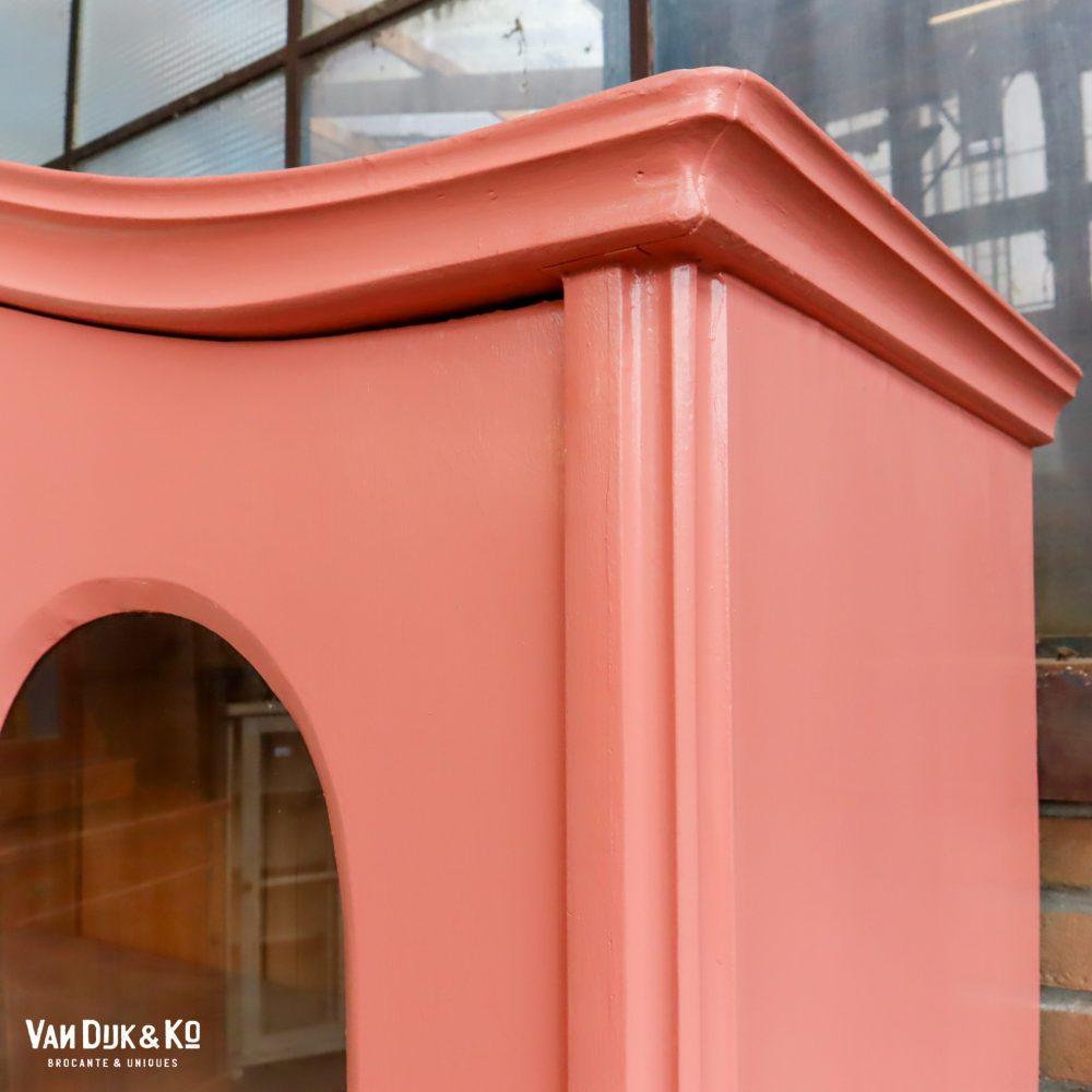 Roze vitrinekast