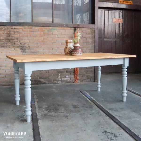 Houten tafel met grijs onderstel