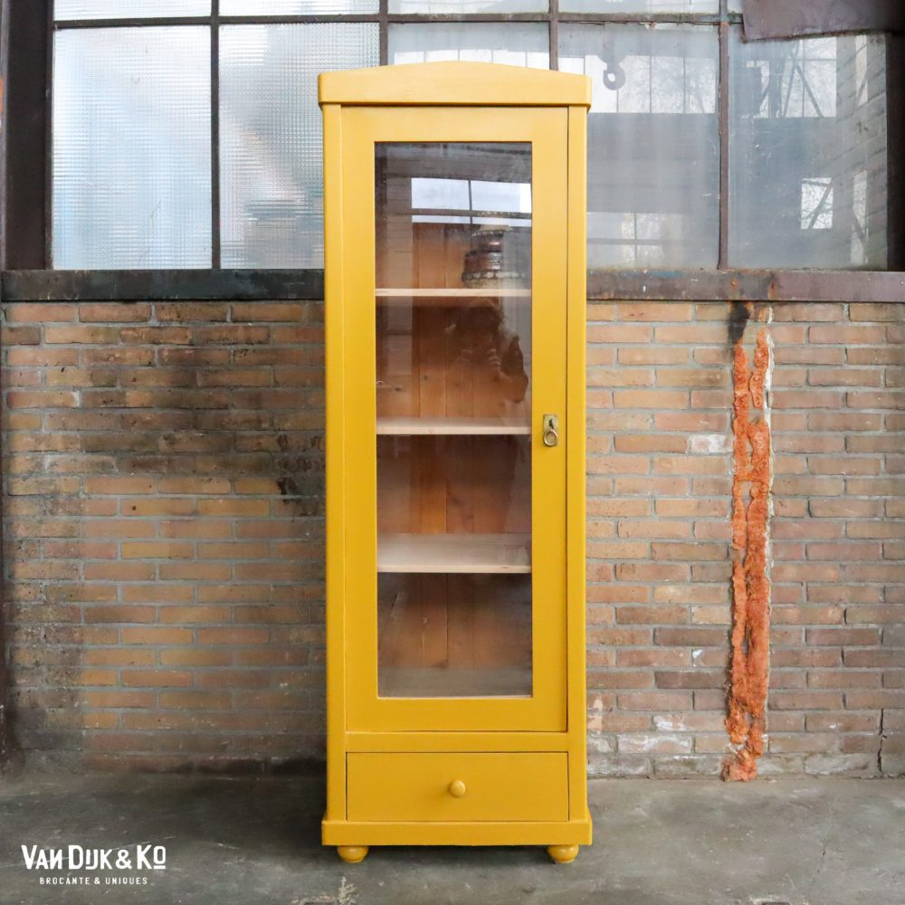 gele eendeurs vitrinekast