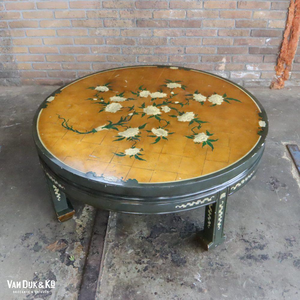 Vintage salontafel met bloemen