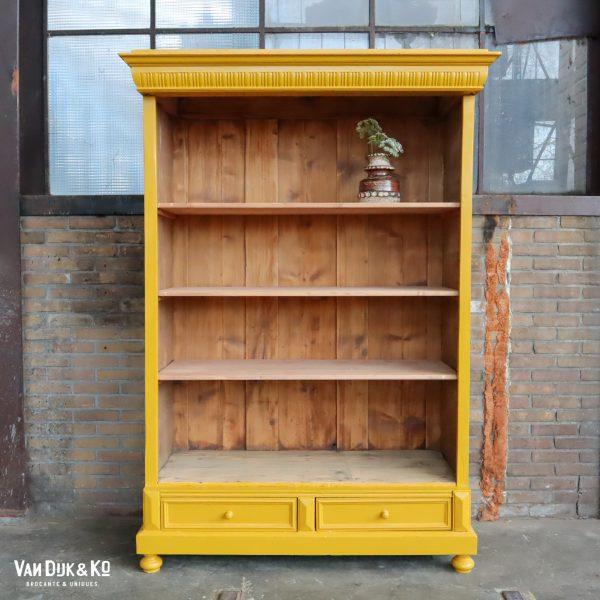Brocante boekenkast met lades