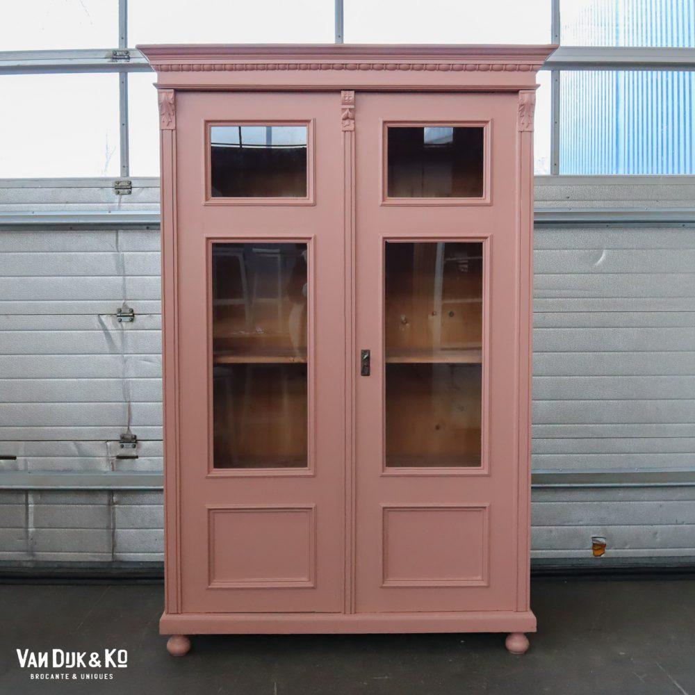 Brocante roze vitrinekast