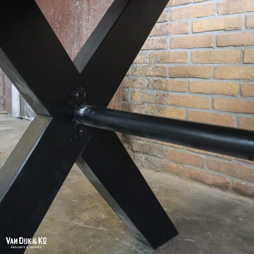 Zwarte kruispoot tafel