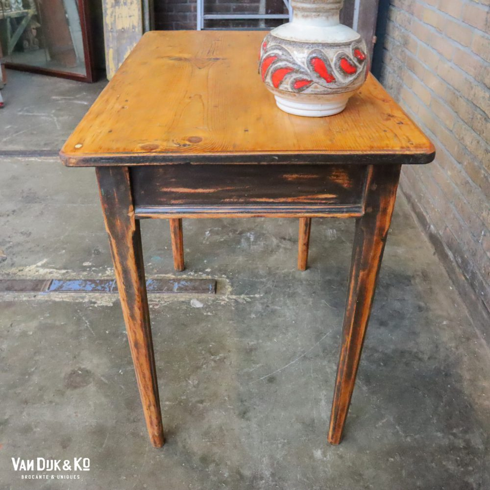 Houten tafel met lade