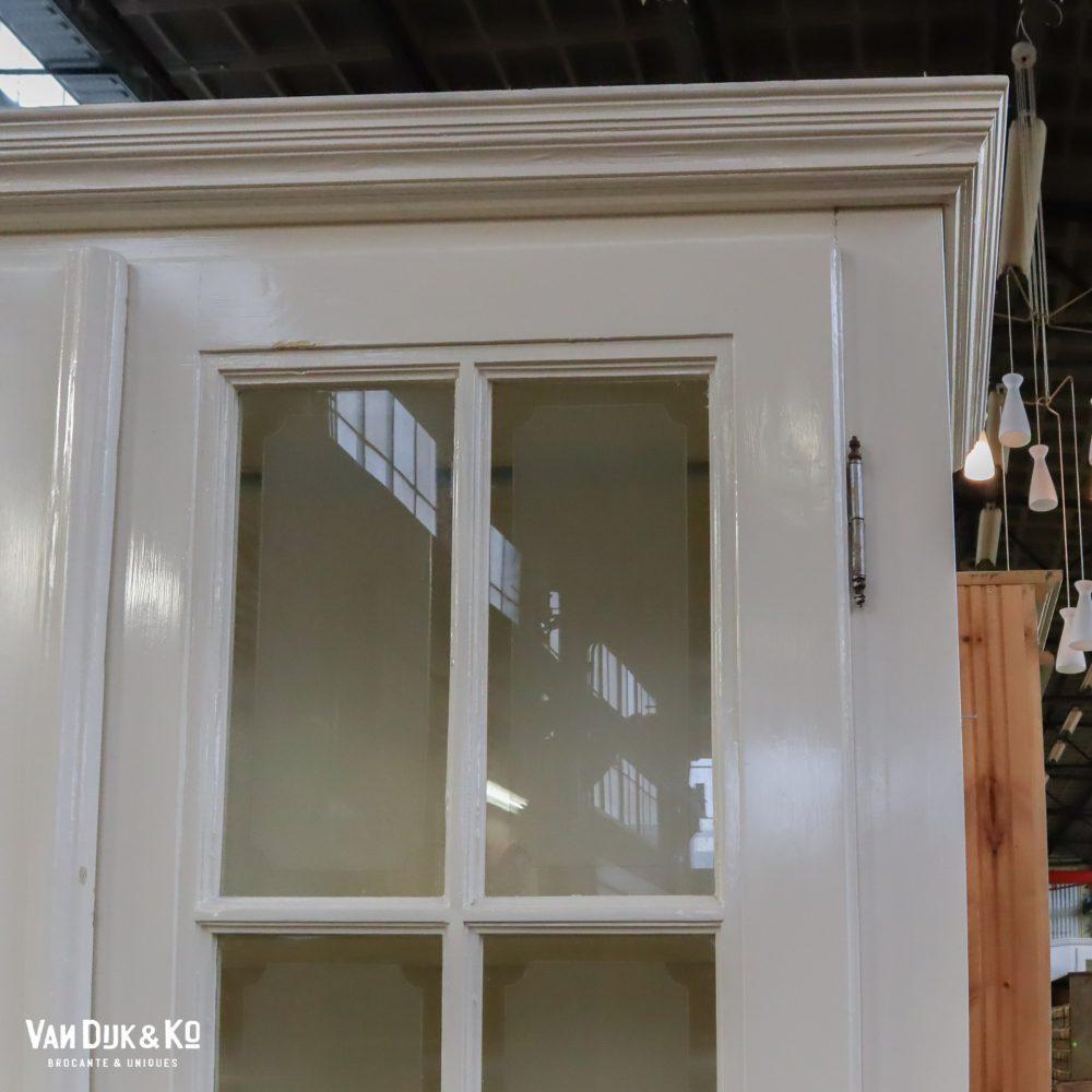 Driedeurs witte vitrinekast