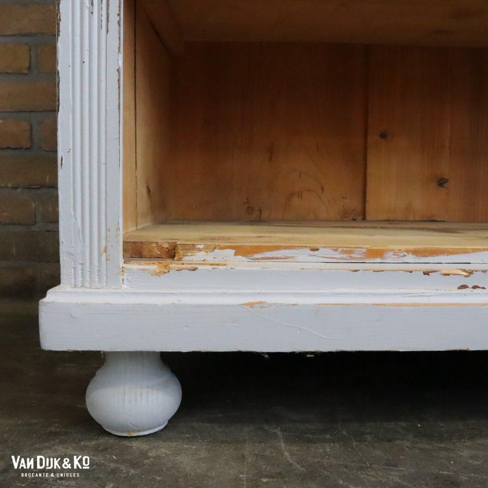 Open grijze boekenkast