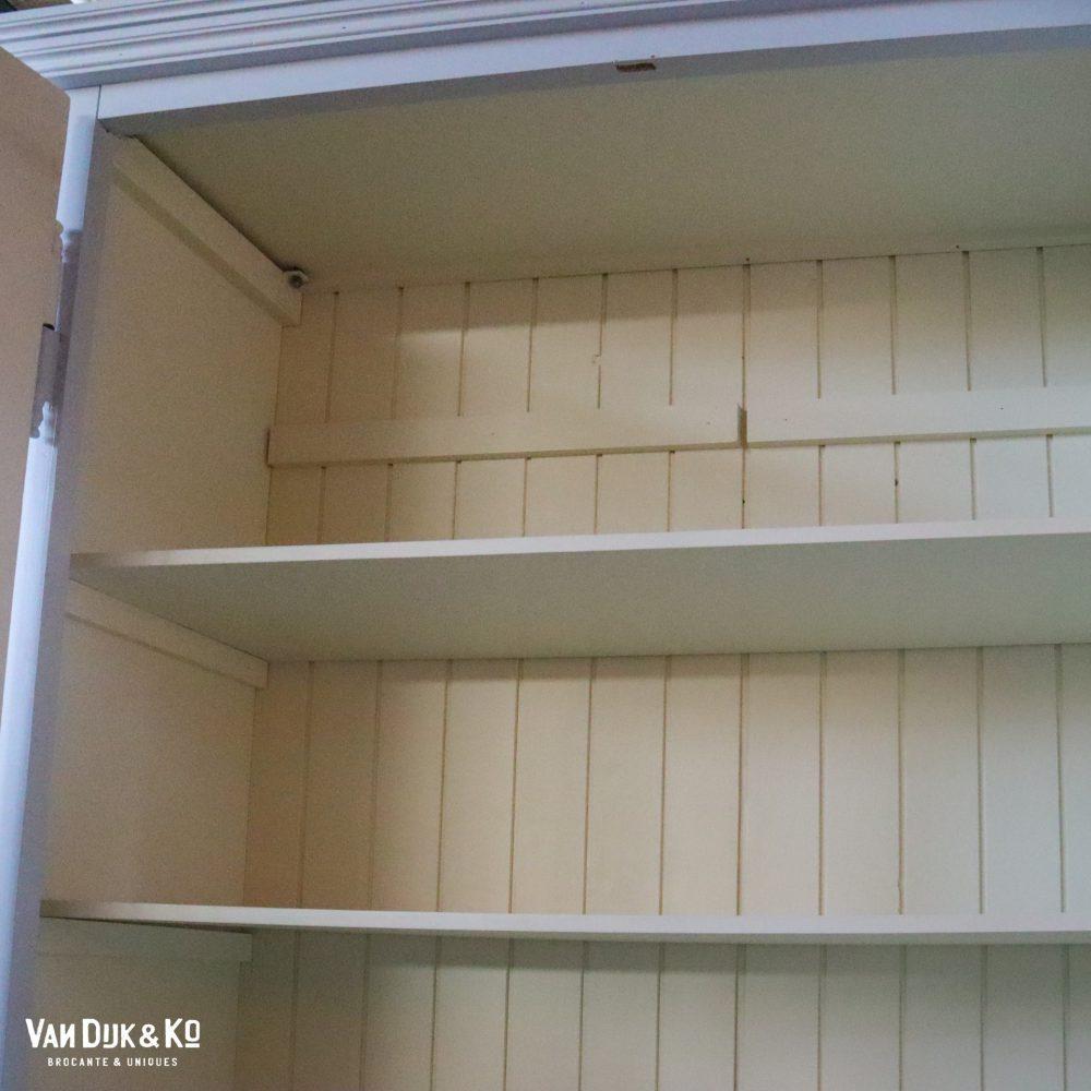 Hoge houten vitrinekast