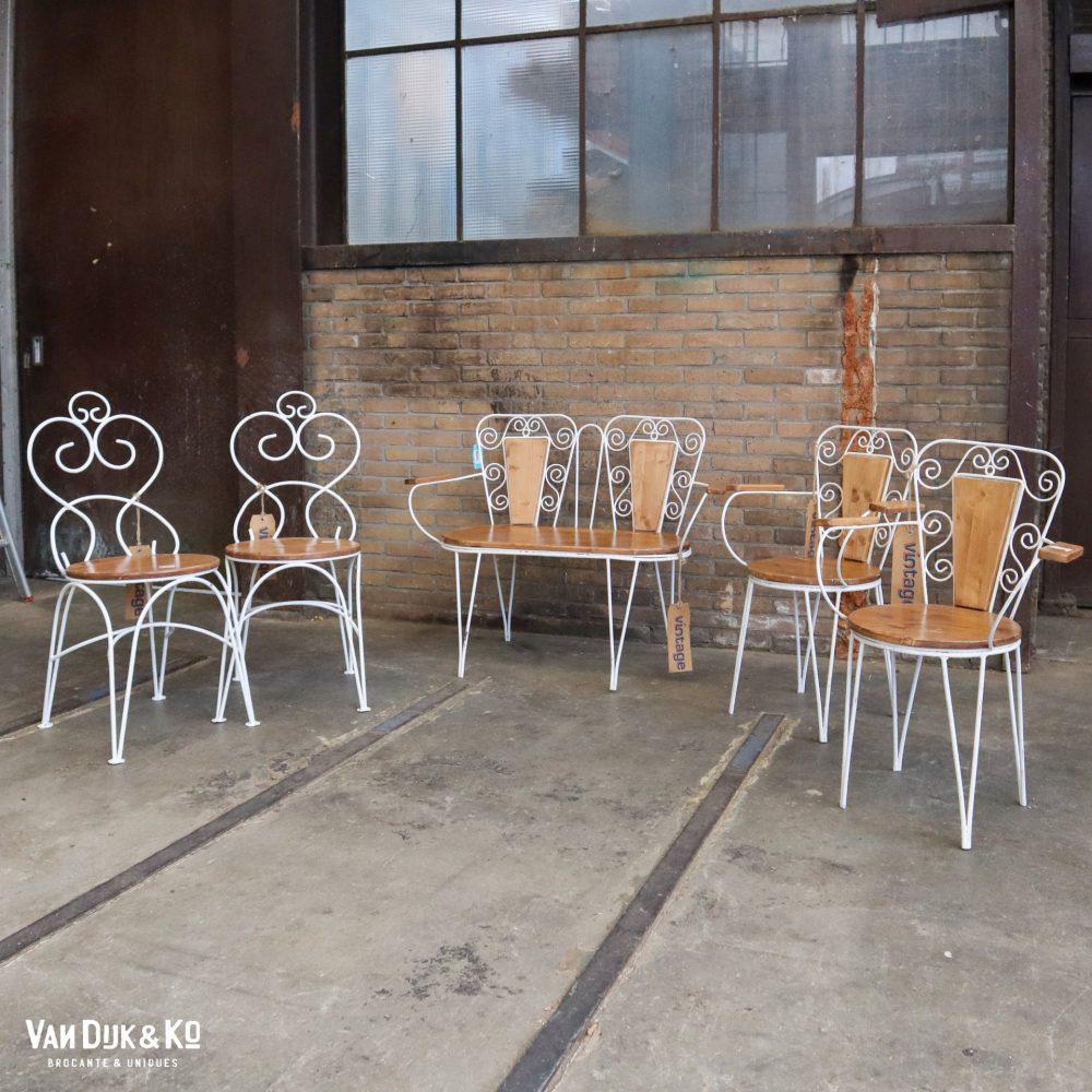 Metalen stoelen en bank