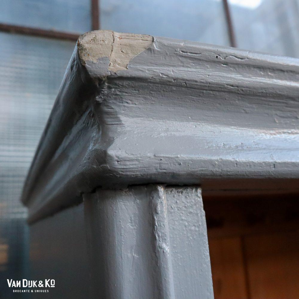 Grijze eendeurs vitrinekast