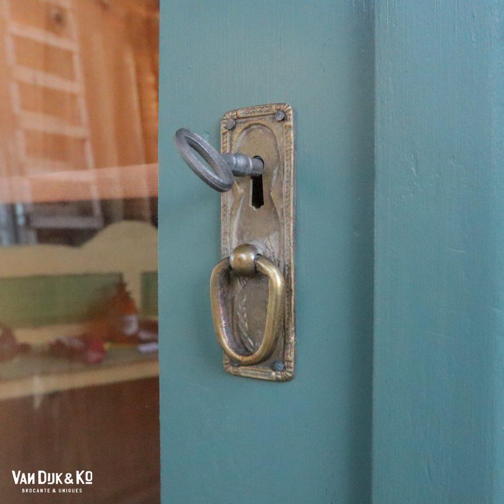 Petrol blauwe eendeurs vitrinekast