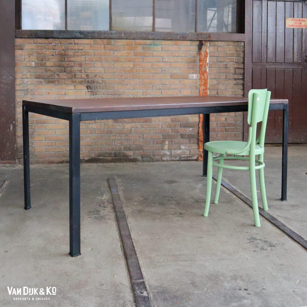 tafel met zwart metalen frame