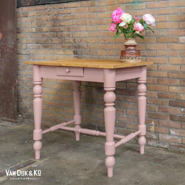 Roze tafel met lade