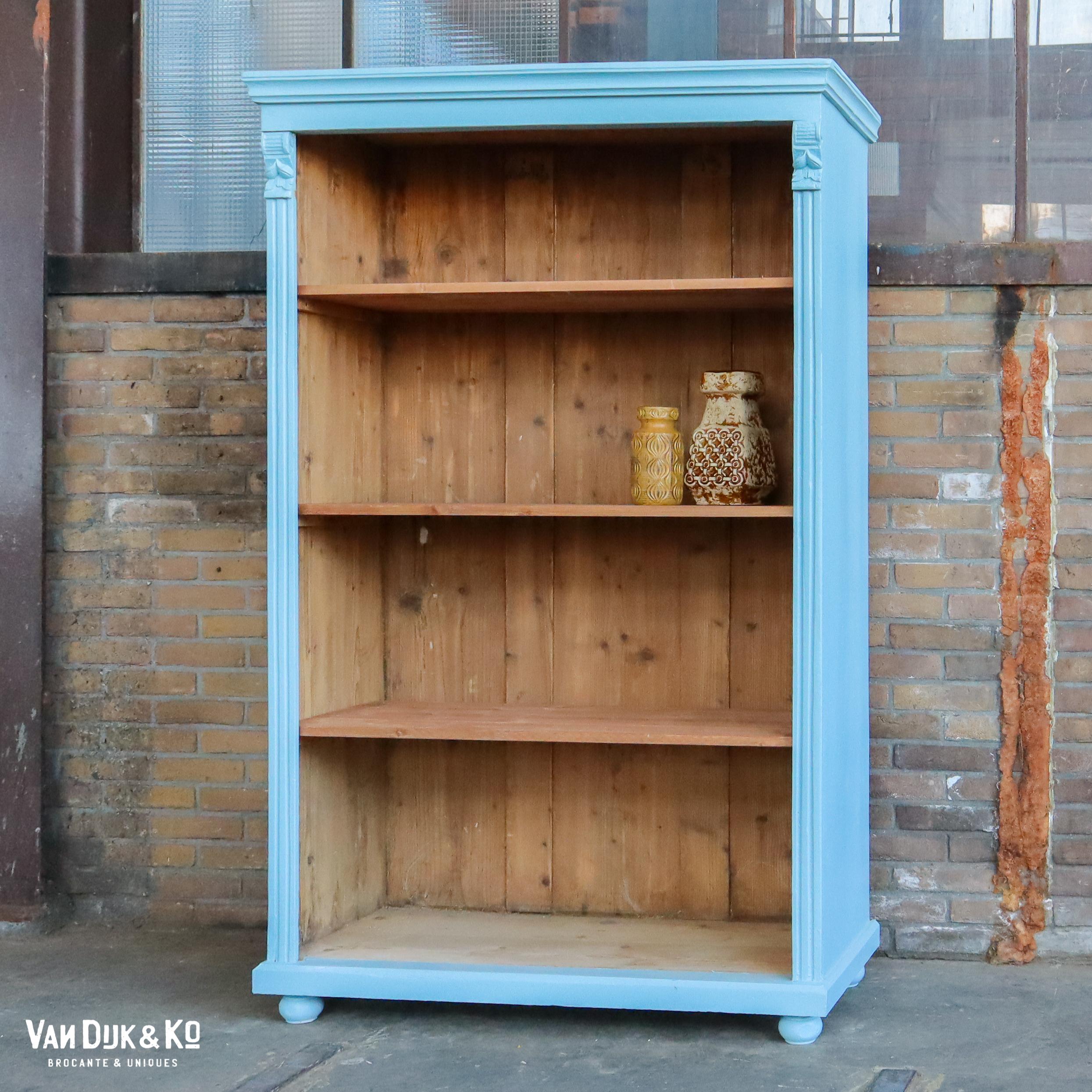 Brocante blauwe boekenkast