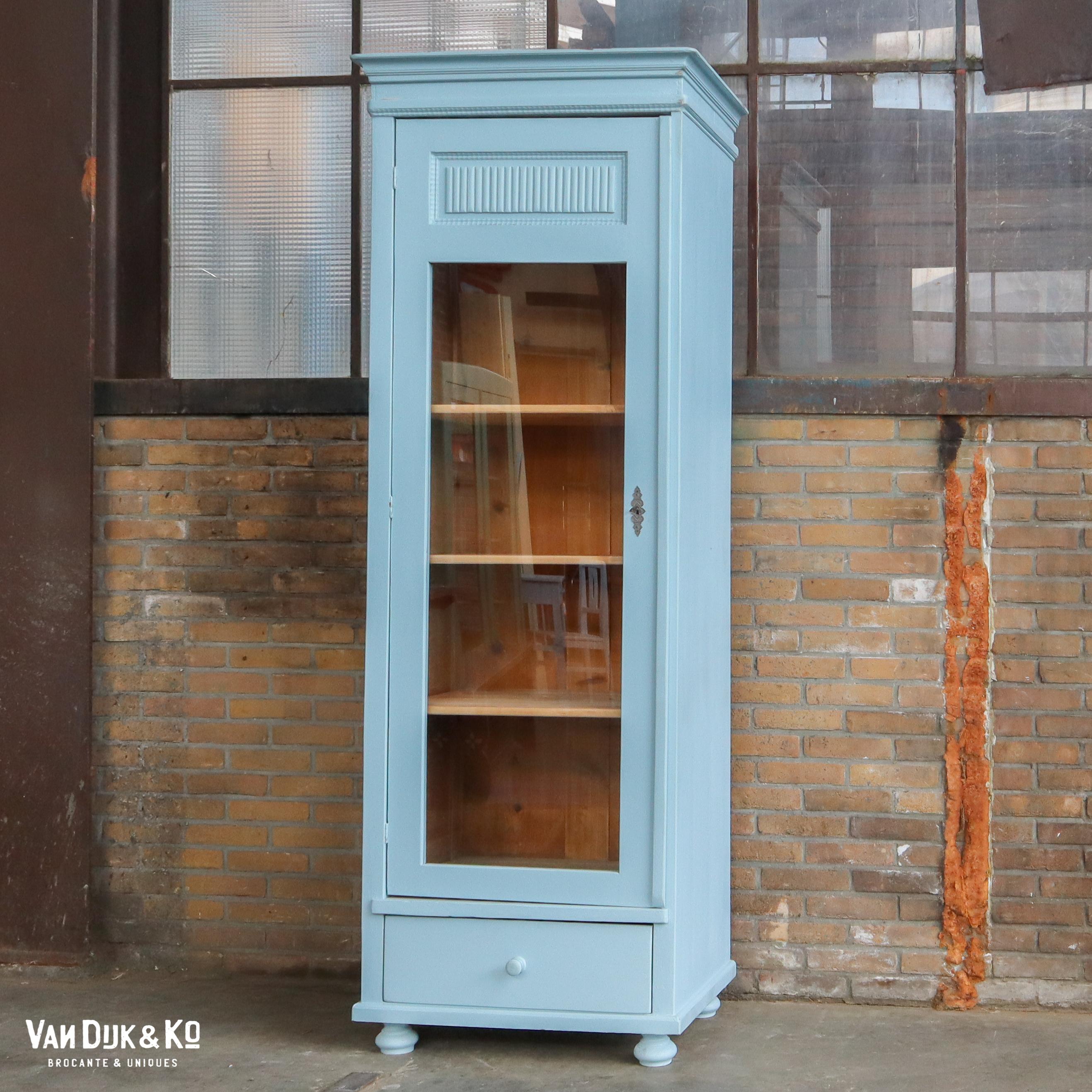 Blauwe eendeurs vitrinekast