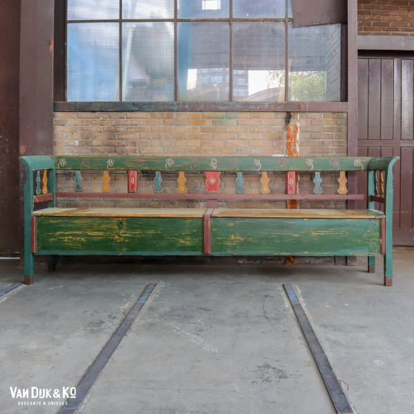 Beschilderde houten klepbank