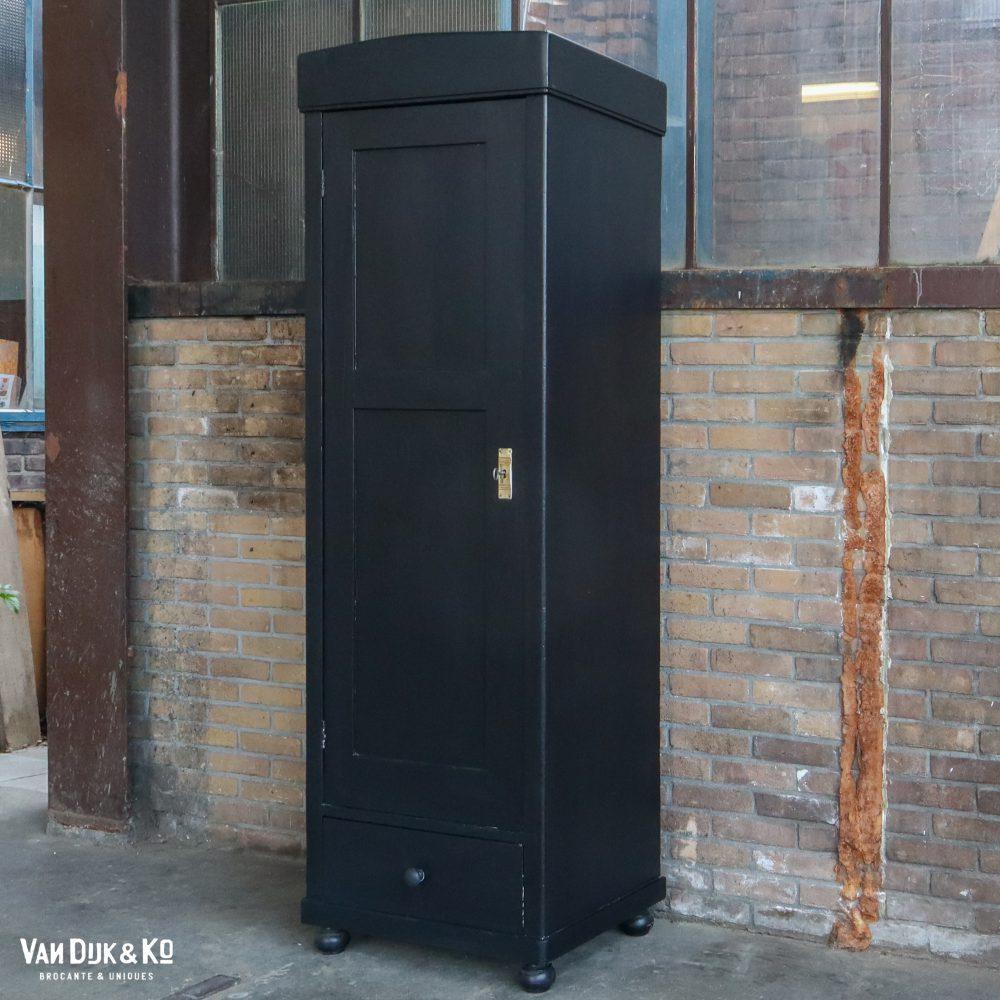 Zwarte eendeurs kast
