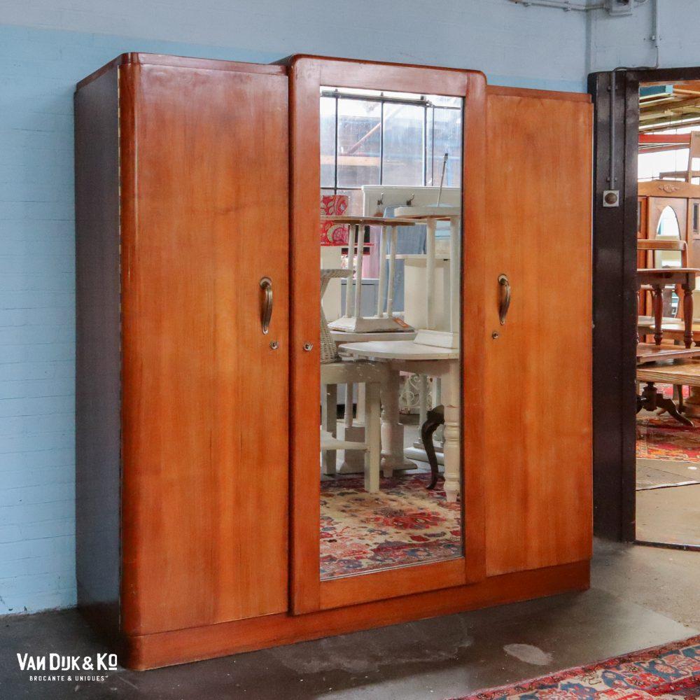 Vintage kledingkast met spiegel