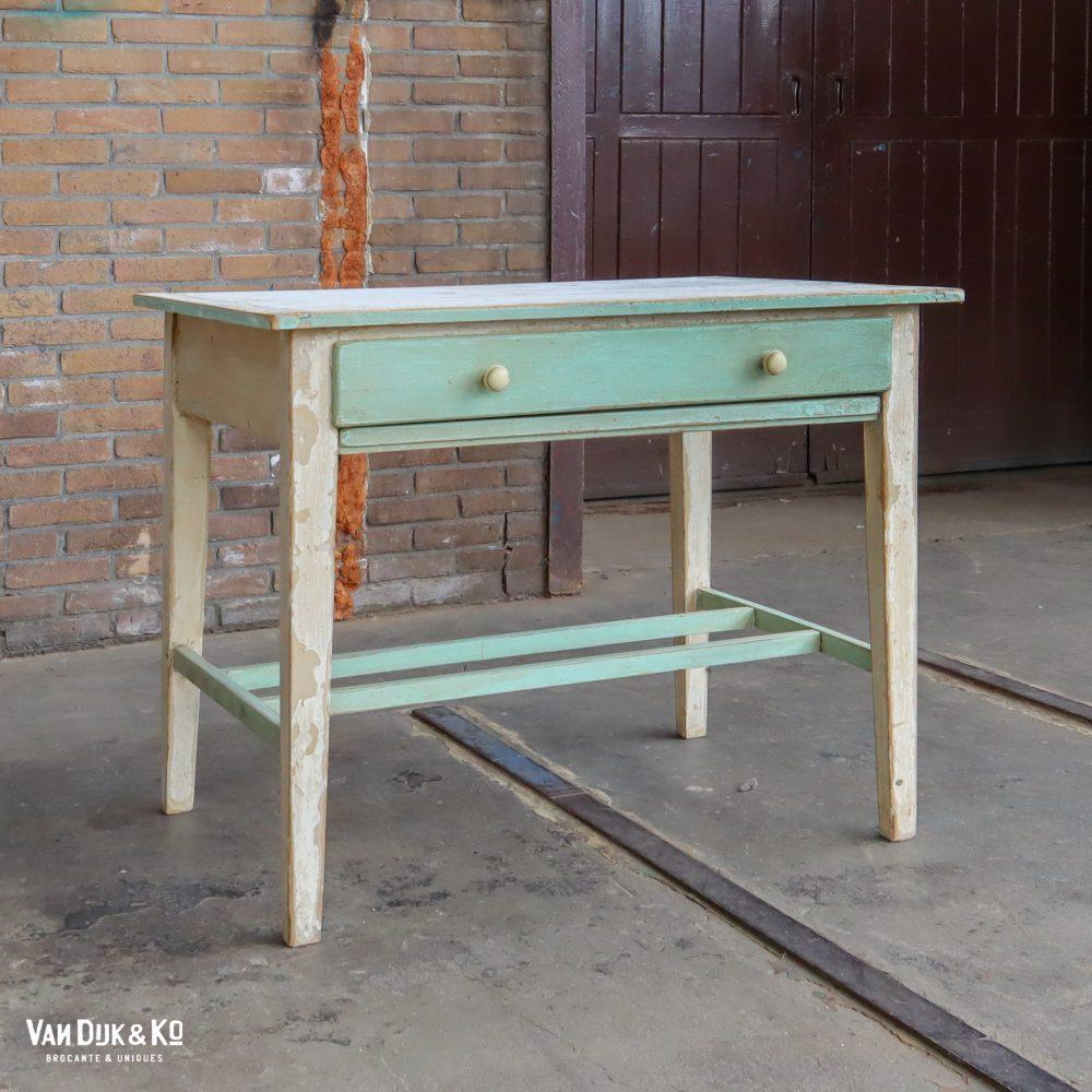 Houten tafel met uitschuifbare plank