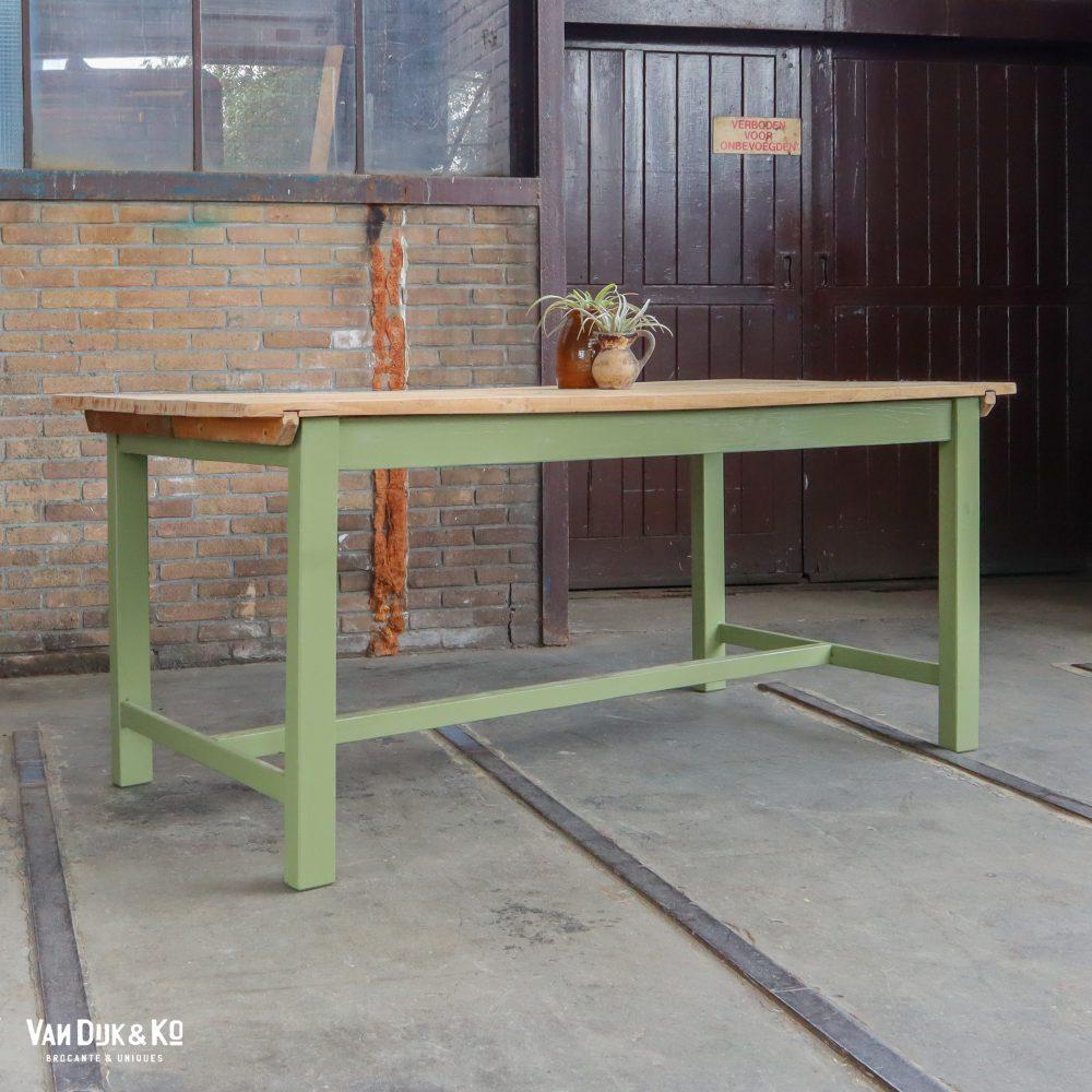 Houten tafel met groen onderstel