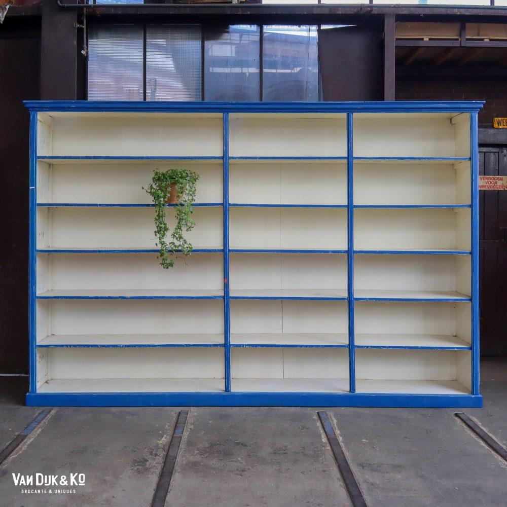 Brocante wit-blauwe winkelkast