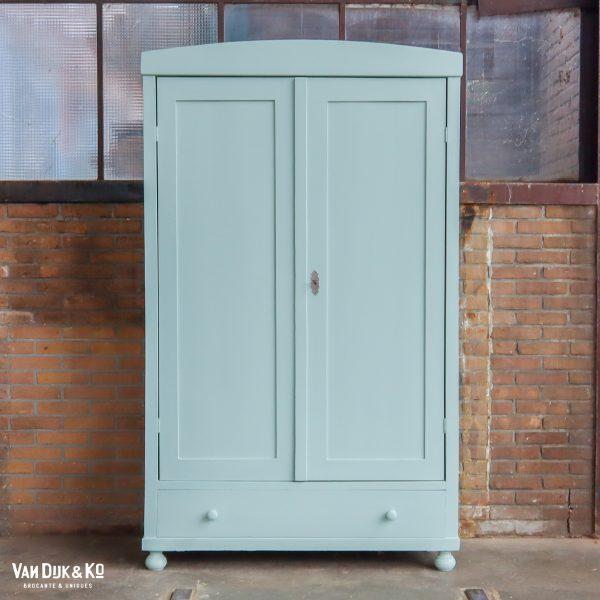 Lichtblauwe kledingkast