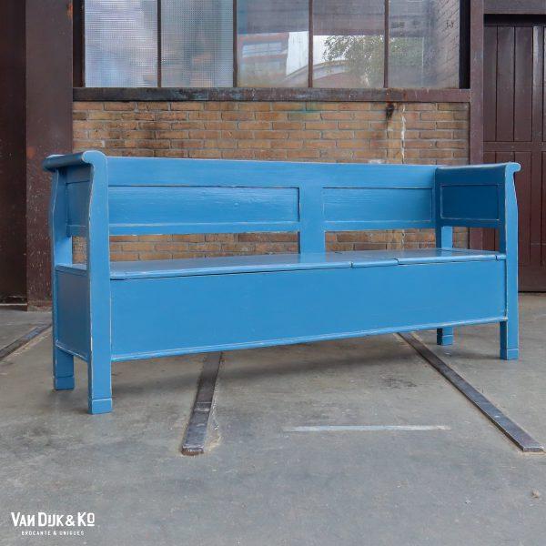 Blauwe houten klepbank