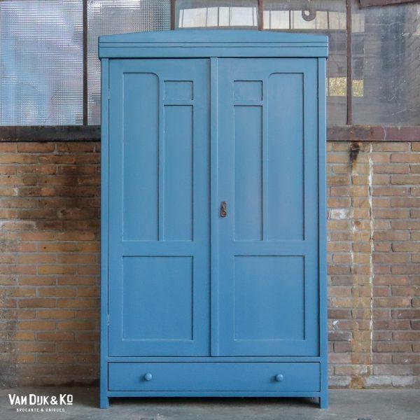 Blauwe kledingkast
