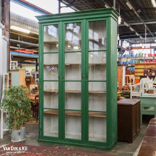 Hoge groene vitrinekast