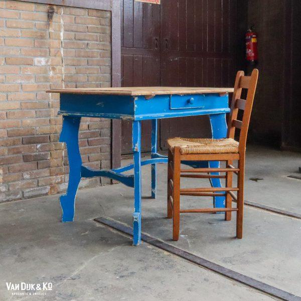 Brocante bureautje met blauw onderstel