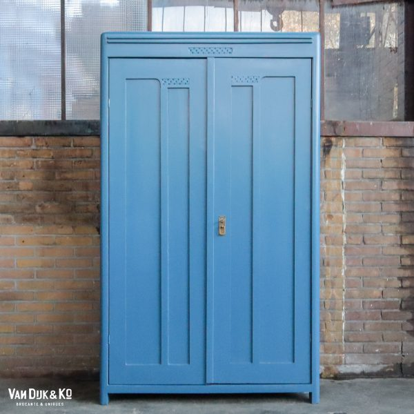 Blauwe brocante kledingkast